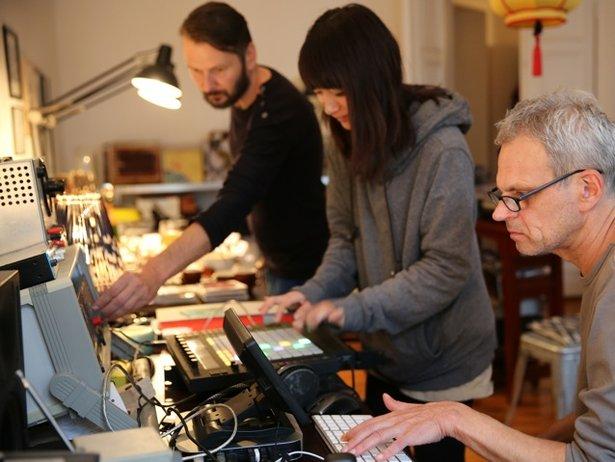 Kyoka bei der Produktion von IS mit ihren Produzenten Robert Lippok (links) und Frank Bretschneider (rechts). (Foto: © Sylvia Steinhäuser)