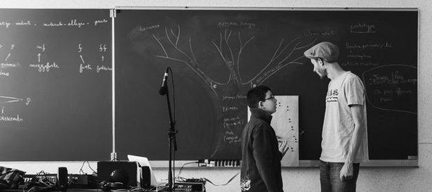 Chapelier Fou explains the Végétophone to a student. Photo © Gwendal Le Flem