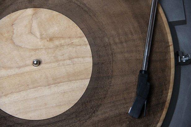 Eine von Amandas aus Holz gefertigten Schallplatten